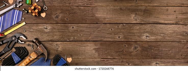 Coin thématique de la Fête des Pères, bordure de cadeaux, cravate et outils sur fond grunge bois rustique. Vue de dessus avec espace de copie.