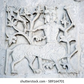 Features white stone carving Georievskom Cathedral in Yuriev-Polsky winter