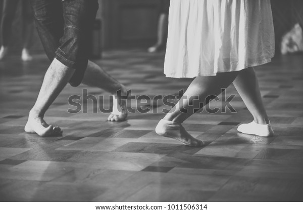 feet-two-dancers-black-white-600w-101150