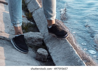 Feet woman that stands on the shore