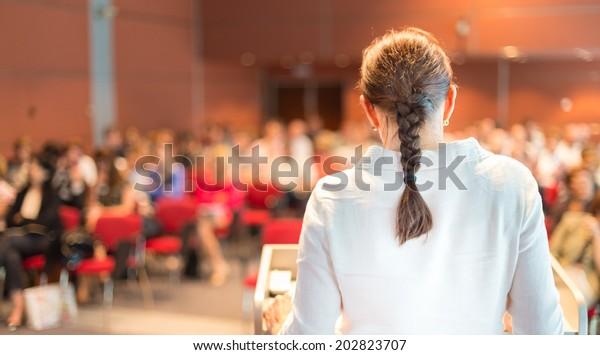 Dozentin für weibliche Akademikerdoktorin auf der Konferenz. Publikum in der Vorlesungshalle.