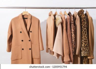 braunes Leopardenmuster, Mantel, Jacke, brauner Pullover auf Hängern