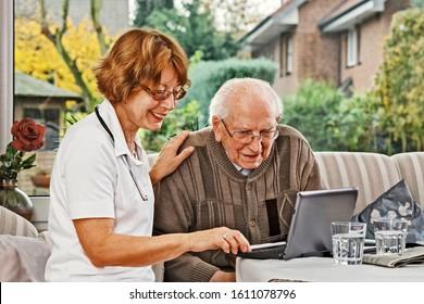 Weibliche Ärztin sucht nach einer älteren Person zu Hause