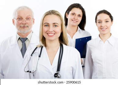 A female doctor stays in front of her team