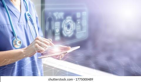 Ärztin, die eine Tablette mit dem Hologramm des Patienten berührt, Konzept der elektronischen medizinischen Information und futuristische Technologie im Gesundheitswesen