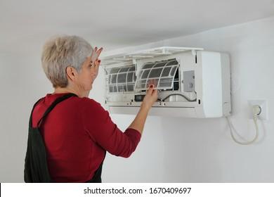 Elektriker-Wartungs- und Reinigungsluftzustandseinrichtung in einem Zimmer