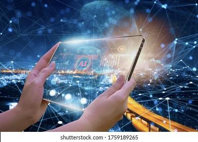 Les femmes ingénieurs utilisent des équipements d'écran visuel, avec un programme intelligent connectent smart city, concept use devices et utilisent l'intelligence artificielle ou l'IA pour contrôler via des réseaux satellites et sans fil.