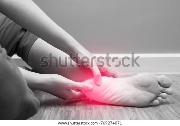 女性足跟疼痛與紅點,足底筋膜炎