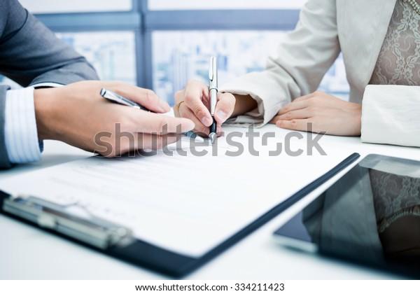 Vertrag über die Unterschrift von Hand von Frauen.