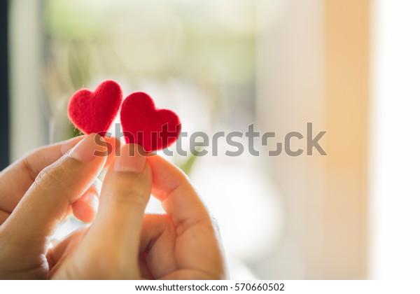 赤い心を持つ女性の手、限定フォーカス