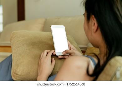 weibliche Hände mit Telefon mit isolierter Bildschirm im Haus im Zimmer
