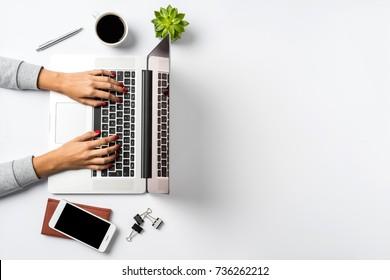 Manos femeninas trabajando en un portátil moderno. Escritorio de Office en fondo blanco