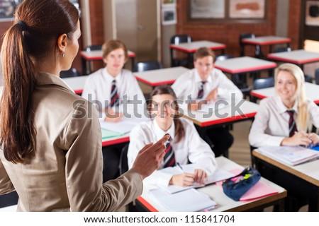 female high school teacher teaching classroom の写真素材 今すぐ
