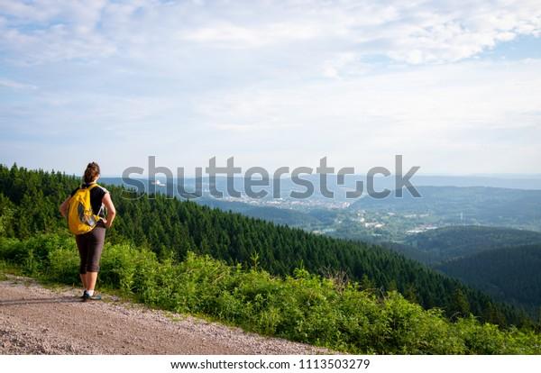 Weibliche Wanderer mit Rucksack und schöner Talblick im Thüringer Naturpark