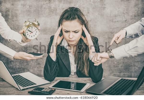 Die weibliche Büroangestellte ist arbeitslos und erschöpft. Sie ist niedergebrannt und hat Depressionen.