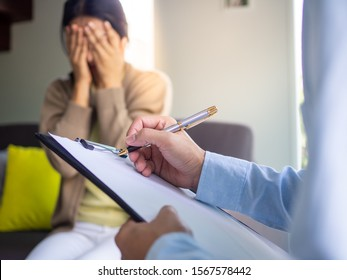 Female patients with mental illnesses and physical illnesses are currently discuss with a doctor or psychiatrist. Therapy for mental symptoms and depression