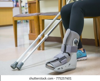 Female patients wear shoes designed specifically for sprains, ankles or diabetes, waiting for physiotherapists. To treat an ankle injury and left leg pain according to doctor's order.