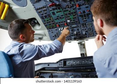 weiblicher Pilot, der Kapitän des Flugzeugs bereitet sich auf den Start vor