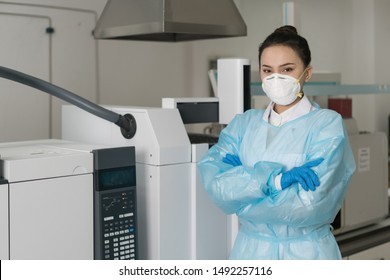 Female scientists are standing in the laboratory.
