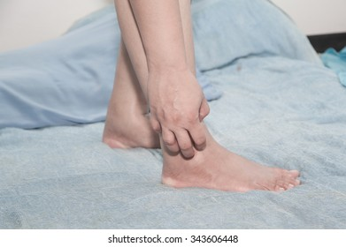 Female skin itching foot.