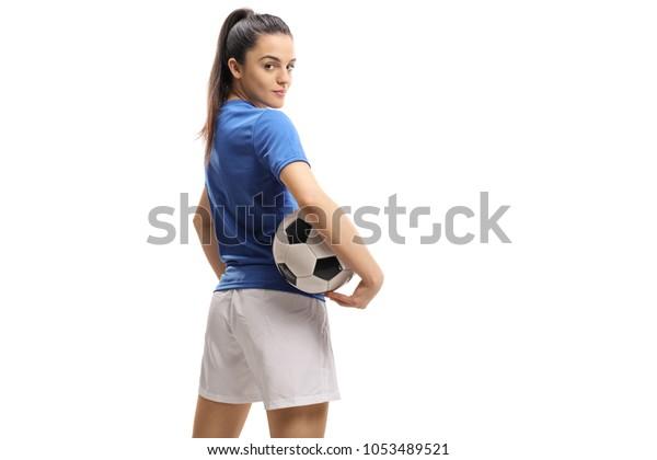 Женский футболист с футболом, глядя через плечо, изолированный на белом фоне