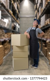 Female staff Lifting parcel boxes worker having a backache with Blurred the background of the warehouse