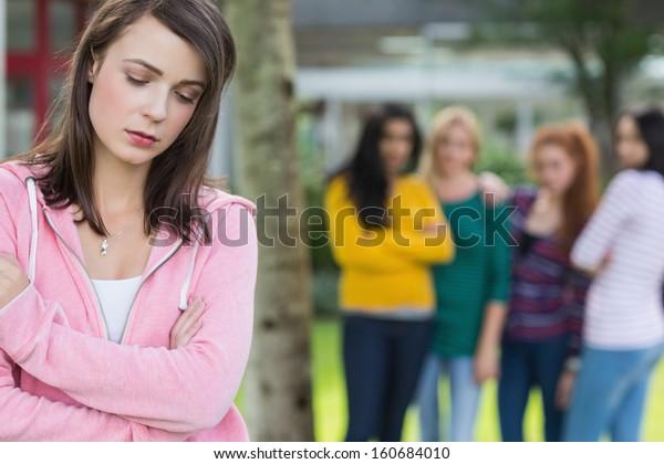 他の学生グループにいじめられる女子学生