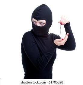 Dieb in schwarzer Kleidung und Balaclava, der Armband hält