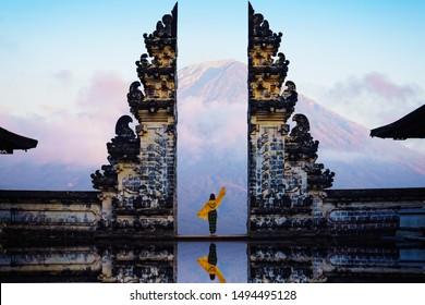 Weibliche Touristen an den Tempeltoren des Himmels. Penataran Lempuyang Bali, Indonesien.