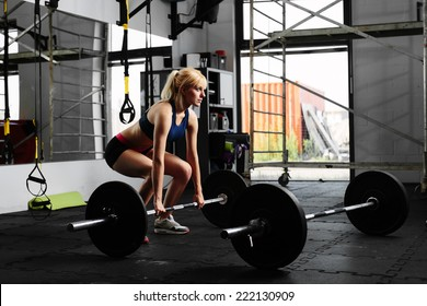 Female weightlifter preparing for a deadlift