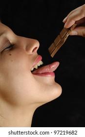 femme, gourmandise et chocolat