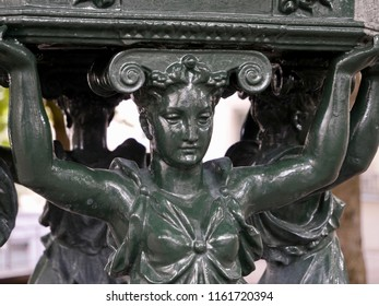 "Femmes cariatides d'une fontaine ""Wallace"" au soleil / Caryatids women of a fountain ""Wallace"" in the sun"