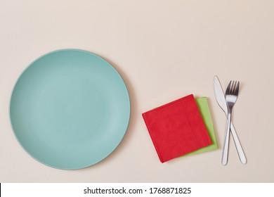 Fête. Heure de la fête. Fête des fêtes. Paramètre de table. Vue de dessus des assiettes, serviettes, fourchette et couteau, espace pour copie