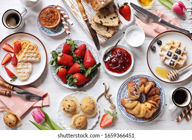 Festlicher Nachtisch mit Pfannkuchen, Waffeln, Süßigkeiten und frischer Erdbeere. Draufsicht