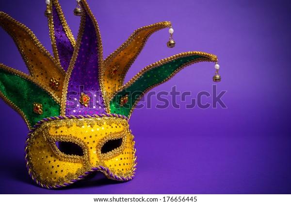 Agrupación festiva de mardi gras, mascarilla veneciana o carnívale sobre fondo morado