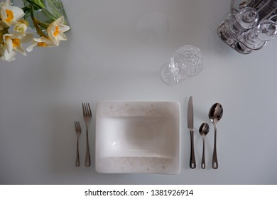 festive Table with yellow Flowers