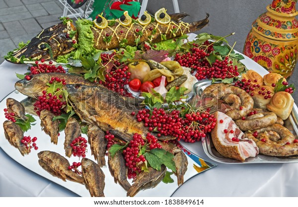 festively-decorated-table-meat-fish-600w