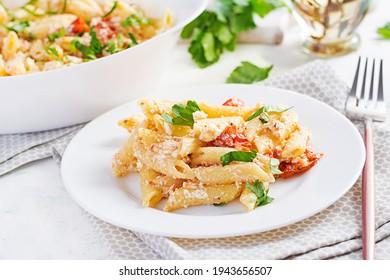 Fetapasta. Trending Feta Kuchen Nudelgerichte aus Kirschtomaten, Feta Käse, Knoblauch und Kräuter.