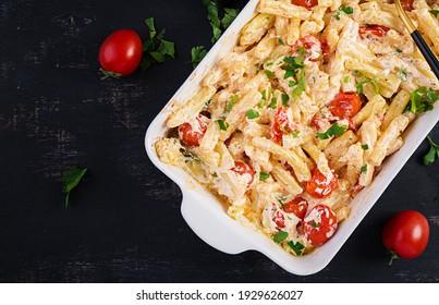 Fetapasta. Trending virale Feta Kuchen Nudeln Rezept aus Kirschtomaten, Feta Käse, Knoblauch und Kräuter in einer Kasserolle Gericht. Draufsicht, oben, Kopienraum.