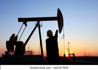 Am Abend, Ölfeld, arbeiten die Ölarbeiter