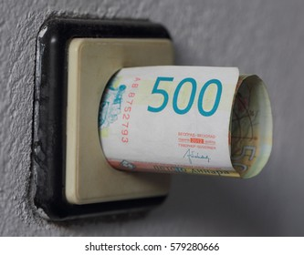Fieve hundred Dinar banknot in electric socket.