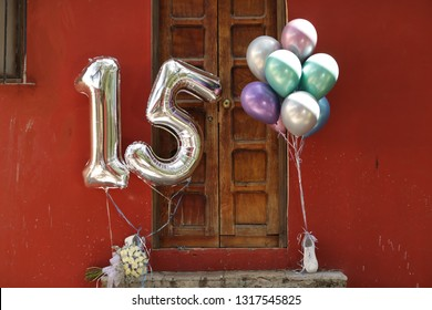 fifteen-year-old party elements, balloons, flowers and various Mexican elements