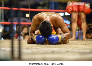 Fighter Muay Thai bowed in the ring
