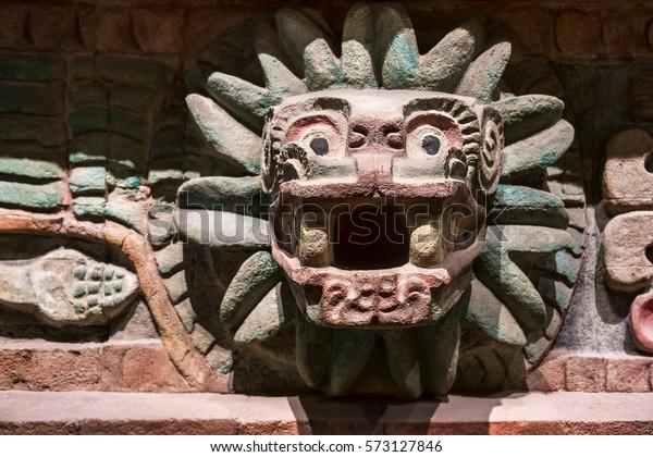 Figura de un animal tallado en un antiguo templo azteca en México