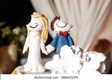 figurines of the bride and groom on the wedding cake
