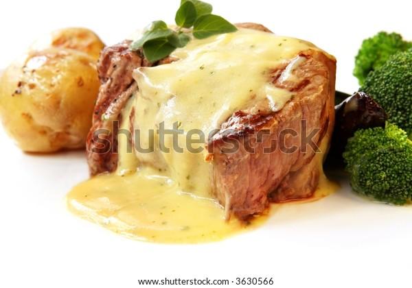 Filet Mignon ~ steak de boeuf haché parfaitement grillé, avec sauce barbecue, pommes de terre rôties et brocoli.