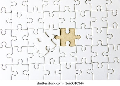 Füllen Sie das Fragment der fehlenden Teile des weißen Puzzles aus, um erfolgreich zu sein