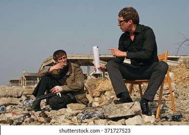 Film director and actor communicate Filming on the site.