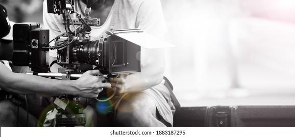 Filmindustrie. Filmen mit professioneller Kamera. Videographer mit 4K-Nocke auf dslr rig oder gimbal stabilizer set. Pro-Ausrüstung hilft, Videos ohne Schütteln zu machen. Videoproduktion.