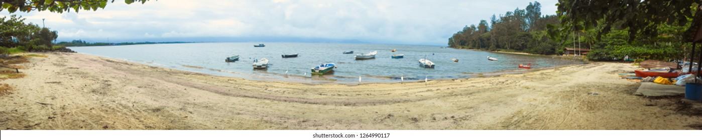 Final de tarde na Praia da Enseada, São Sebastião, Litoral Norte de São Paulo. Com lindas garças, mar, canoas e vegetação!  Data da foto: 21 de Dezembro de 2018. Fotografado por: Higor Muniz